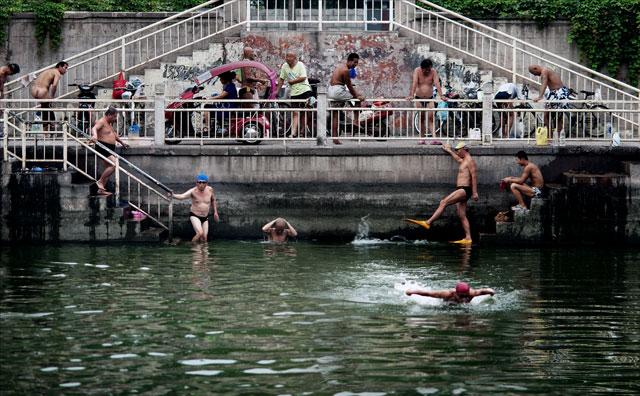 Älter Männer baden in China