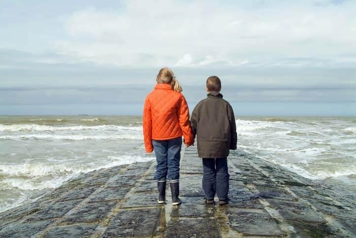 Kinder im Urlaub am Meer