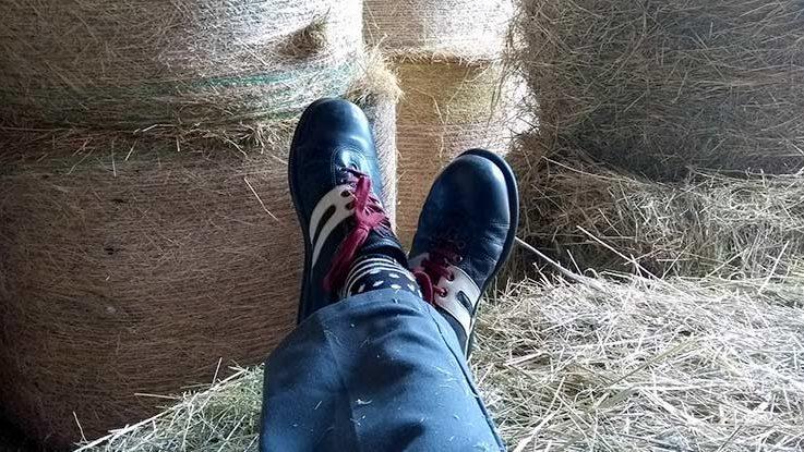 Schöne Schuhe und neue Hose im Heu