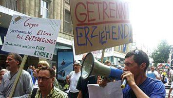 Getrennt leben, gemeinsam erziehen: Väter Demo für Gleichberechtigung.