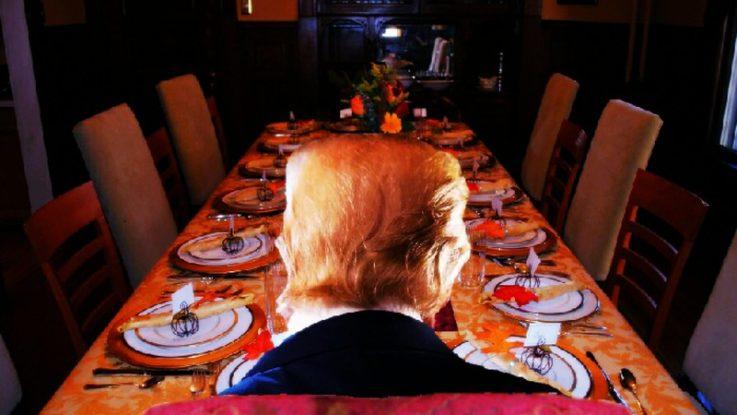 Vorbilder: Donald Trump von hinten an einer leeren Tafel