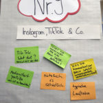 Tisch 9 mit Tafel zum Thema Soziale Netzwerke und Mediennutzung