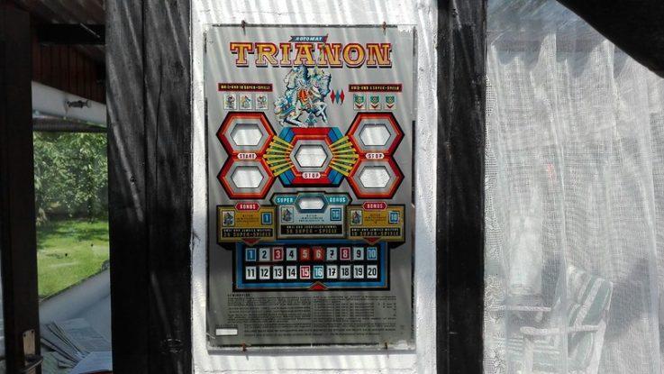 Alte Scheibe eines Spielautomaten. Damals waren die Daten noch geschützt, da gar nicht nötig