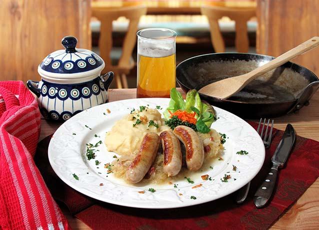 Serviervorschlag für Komplettgericht Bratwürste mit Kraut und Kartoffelpüree