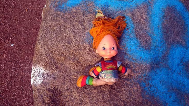 Baby Puppe sieht aus wie ein Missbrauch